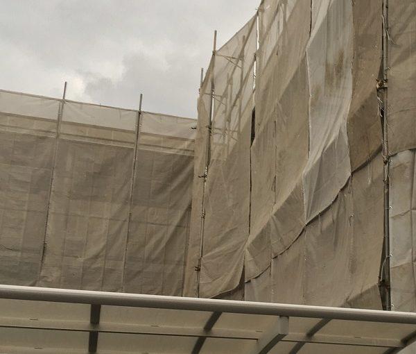 千葉県千葉市美浜区 外壁塗装 集合住宅 足場設置 飛散防止ネット 雨の日の施工