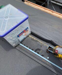 千葉県成田市 H様邸 屋根重ね葺き工事 外壁塗装 棟板金取り付け コーキングとは (9)